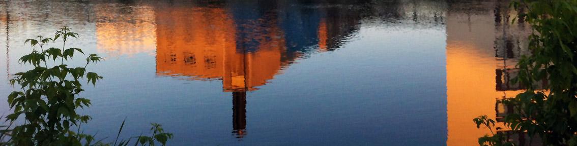 Spiegelung eines Standardkühlturms im Wasser