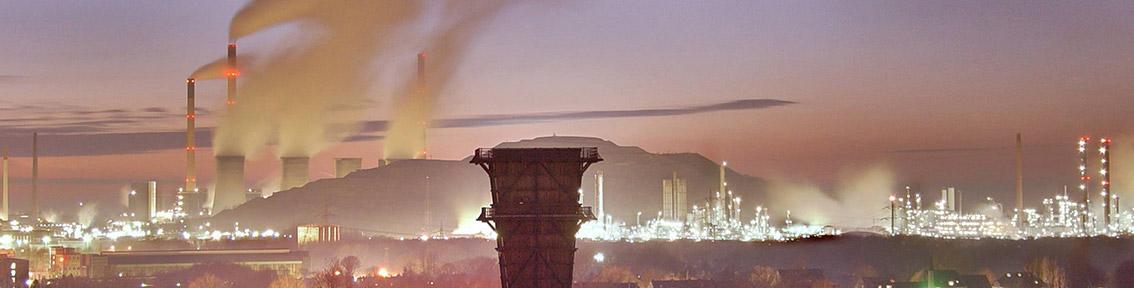Kühltürme einer Industrieanlage im Sonnenuntergang