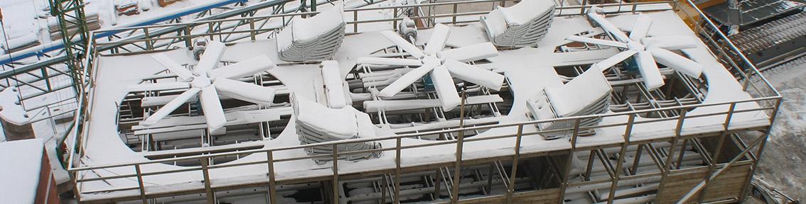 Holzkühlturm im Winter bedeckt mit Schnee