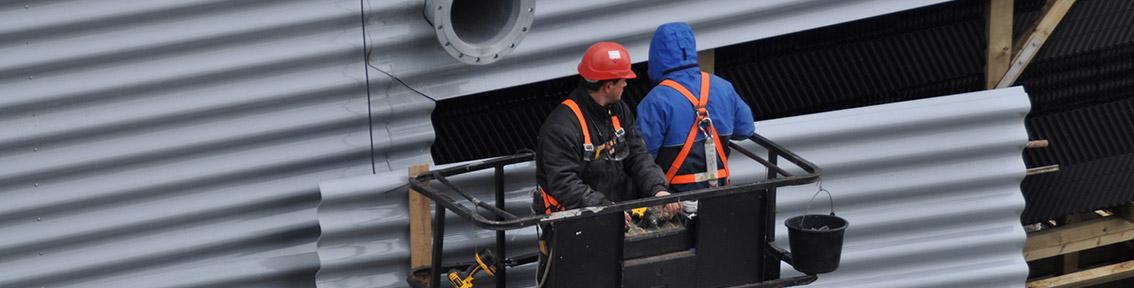 Bauarbeiter beim Aufbau eines Kühlturms